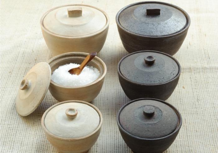 ライフコーディネーターの沼田みよりさんと、陶芸家の石原稔久さんによる、手際よい料理を実現する濡れた手で触ってもサラサラに戻る呼吸する塩壷