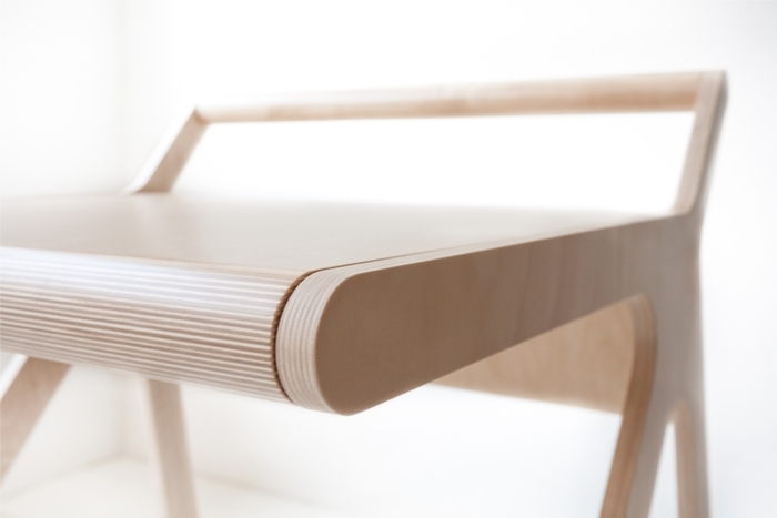 Rafa Kidsの「K desk」は、不必要を全て削ぎ落した洗練された勉強机です。机の蓋自体がカバーとなり、2通りの使い方ができます。一見無機質な机ですが、丸みを帯びたそのデザインからは、子どもがつかうことへの配慮が感じられます。top