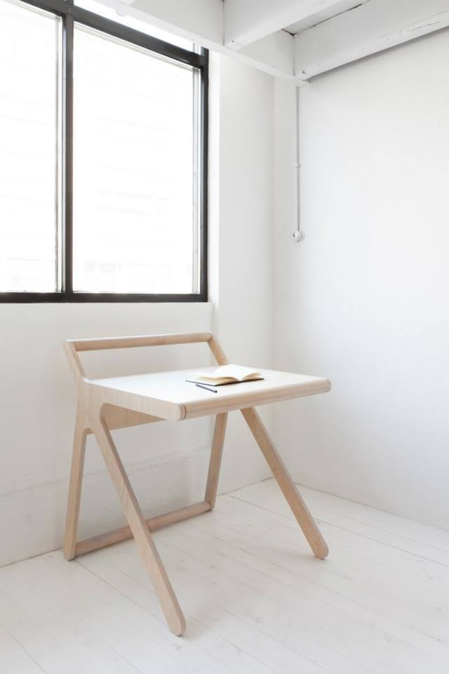 Rafa Kidsの「K desk」は、不必要を全て削ぎ落した洗練された勉強机です。机の蓋自体がカバーとなり、2通りの使い方ができます。一見無機質な机ですが、丸みを帯びたそのデザインからは、子どもがつかうことへの配慮が感じられます。1