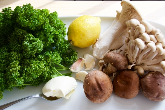 パセリとレモンが爽やかで、ひとさじで料理の味わいが増す薬味グレモラータは、イタリアで肉料理や煮込み料理に添える調味料_1