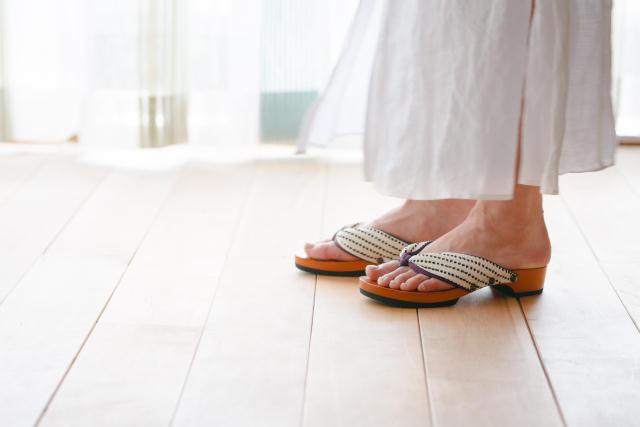 日本の伝統的な履物「下駄」を、このまま廃れさせるワケにはいかない、という想いから生まれた室内履き専用の「ルーム下駄」。室内で履くことよ考慮して6mmのクッション材を採用。床を傷つけず、さらに音まで抑えた優れものです。職人技が光ります。3