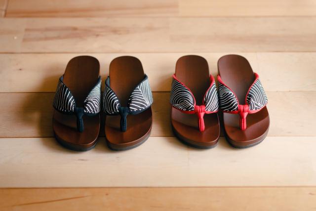 日本の伝統的な履物「下駄」を、このまま廃れさせるワケにはいかない、という想いから生まれた室内履き専用の「ルーム下駄」。室内で履くことよ考慮して6mmのクッション材を採用。床を傷つけず、さらに音まで抑えた優れものです。職人技が光ります。1