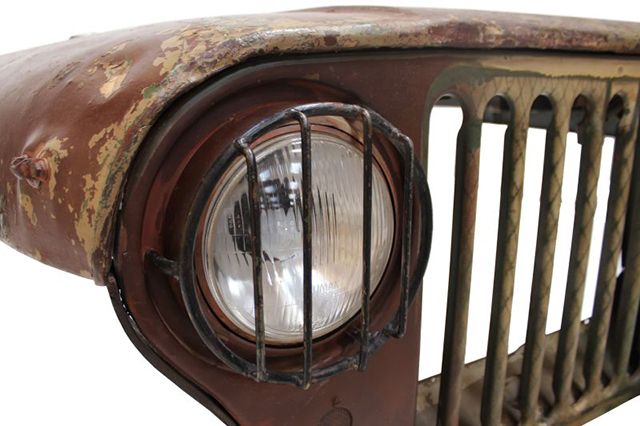 車が大好きで、いつもそばに置きたい人にピッタリのデスクを見つけました。本物のジープのボンネットをリメイクした「Jeep desk」です。廃棄されたジープに、引き出しと脚を付けたら、立派なデスクになりました。5