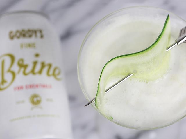 ピクルスの会社GORDY'Sが、漬け汁を缶に入れて、まるでビールのように販売している「FINE BRINE」をご紹介します。野菜の旨味やスパイスが溶け込んだ、スパイスたっぷりの甘じょっぱい液体は、飲むお酢感覚で、カクテルにぴったりなんです。_4