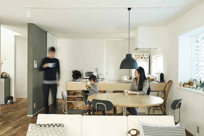 ReBITA(リビタ)のリノベーション済み戸建て物件「みたけ台の家」で暮らす、素敵な家族を紹介します。土間でラフに仕上げた趣味のフリースペースや、無垢材の床にオイルを塗って床のトーンを下げ、アンティーク調な雰囲気にしたおしゃれな家です。1