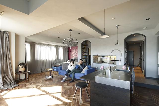 リノベーション事業を手がけるReBITAのお宅拝見シリーズから紹介する「M邸」は、忙しいMさん夫妻が、リラックスできることをとにかく大事にしたリノベ空間。「リノア東日本橋」という、ReBITAが1棟丸ごとリノベーションを手がけてた物件を自由にリノベーションし、希望の家を手にした。3