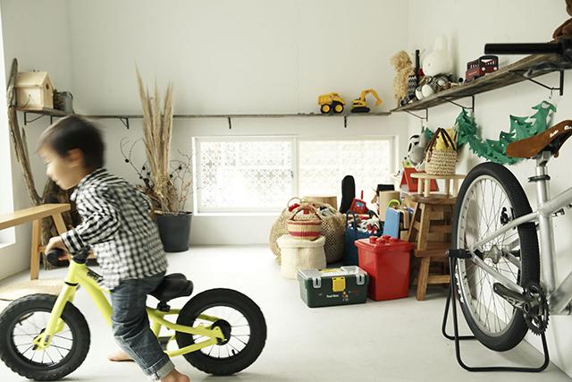 ReBITA(リビタ)のリノベーション済み戸建て物件「みたけ台の家」で暮らす、素敵な家族を紹介します。土間でラフに仕上げた趣味のフリースペースや、無垢材の床にオイルを塗って床のトーンを下げ、アンティーク調な雰囲気にしたおしゃれな家です。11