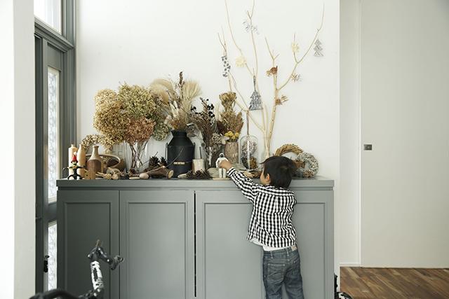 ReBITA(リビタ)のリノベーション済み戸建て物件「みたけ台の家」で暮らす、素敵な家族を紹介します。土間でラフに仕上げた趣味のフリースペースや、無垢材の床にオイルを塗って床のトーンを下げ、アンティーク調な雰囲気にしたおしゃれな家です。5