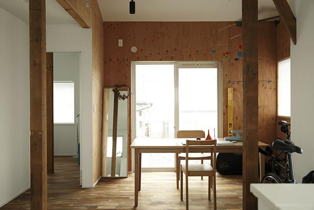ReBITA(リビタ)のリノベーション済み戸建て物件「みたけ台の家」で暮らす、素敵な家族を紹介します。土間でラフに仕上げた趣味のフリースペースや、無垢材の床にオイルを塗って床のトーンを下げ、アンティーク調な雰囲気にしたおしゃれな家です。8