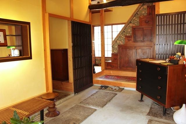 閑静な住宅街と高層ビルが同居する東京都港区高輪にある古民家ホテル「Araiya(あらいや)」は、一流ホテル顔負けのおもてなしが味わえる隠れ家的宿。都会の狭間にひっそりと佇む古民家は、何度も訪れたくなる、不思議な魅力にあふれていました。4