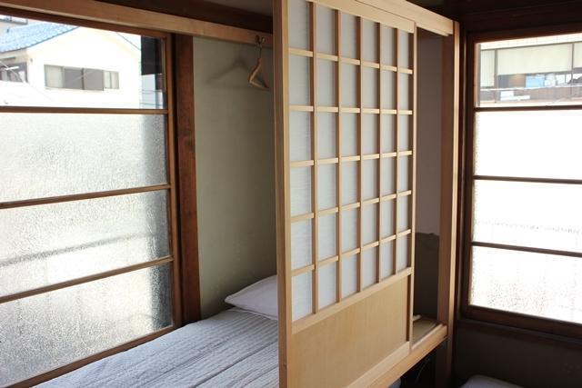 閑静な住宅街と高層ビルが同居する東京都港区高輪にある古民家ホテル「Araiya(あらいや)」は、一流ホテル顔負けのおもてなしが味わえる隠れ家的宿。都会の狭間にひっそりと佇む古民家は、何度も訪れたくなる、不思議な魅力にあふれていました。12