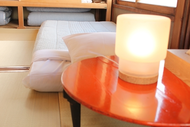 閑静な住宅街と高層ビルが同居する東京都港区高輪にある古民家ホテル「Araiya(あらいや)」は、一流ホテル顔負けのおもてなしが味わえる隠れ家的宿。都会の狭間にひっそりと佇む古民家は、何度も訪れたくなる、不思議な魅力にあふれていました。9