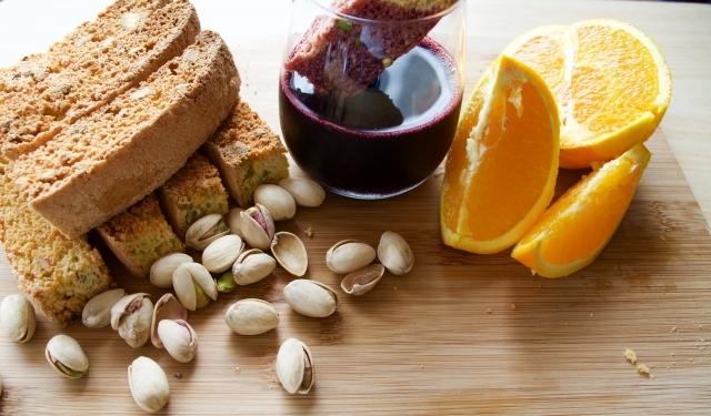 イタリアの焼き菓子「ビスコッティ」にピスタチオとオレンジの皮を加えたレシピの紹介。そのまま食べても、お酒にひたしてもおいしい長期保存可能なお菓子です。毎日の朝食やコーヒーブレイクのお供にも最適。8