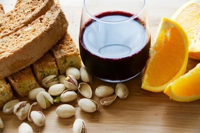 イタリアの焼き菓子「ビスコッティ」にピスタチオとオレンジの皮を加えたレシピの紹介。そのまま食べても、お酒にひたしてもおいしい長期保存可能なお菓子です。毎日の朝食やコーヒーブレイクのお供にも最適。top