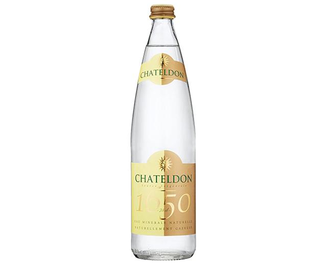 花瓶やDIYの材料にもなる、グッドデザインの飲料水。紹介するのは、水のドンペリと称される高級品「シャテルドン」、レアル・マドリード公式飲料水の「ソラン・デ・カブラス」、三ツ星シェフが愛用するフランス最古の名水「オレッツァ」、マドンナも愛飲の「voss」、世界が認めるMade in Japanの「FUJI」の5種類。アマゾンから購入可能です。1