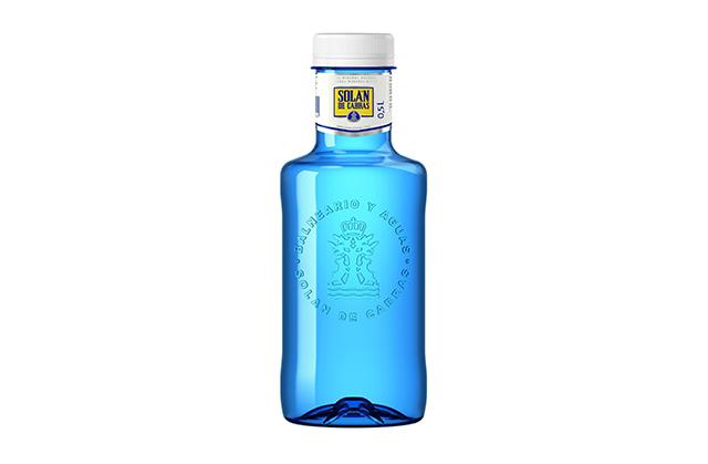 花瓶やDIYの材料にもなる、グッドデザインの飲料水。紹介するのは、水のドンペリと称される高級品「シャテルドン」、レアル・マドリード公式飲料水の「ソラン・デ・カブラス」、三ツ星シェフが愛用するフランス最古の名水「オレッツァ」、マドンナも愛飲の「voss」、世界が認めるMade in Japanの「FUJI」の5種類。アマゾンから購入可能です。2