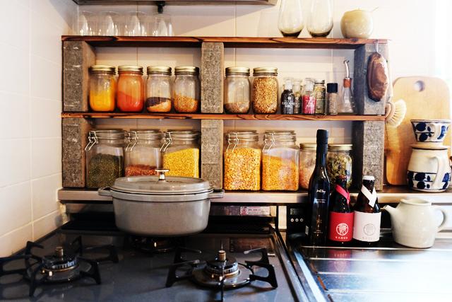 モノがどんどん増えて生活感がにじみ出がちなキッチン。そこで、いままでルーミーで登場した生活感をグッと抑える収納のコツや、便利なDIYアイディアをまとめてご紹介します。無印やイケアなど、手に入れやすいアイテムを使っているので、ぜひご家庭に取り入れてみてください。2