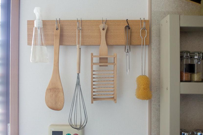 モノがどんどん増えて生活感がにじみ出がちなキッチン。そこで、いままでルーミーで登場した生活感をグッと抑える収納のコツや、便利なDIYアイディアをまとめてご紹介します。無印やイケアなど、手に入れやすいアイテムを使っているので、ぜひご家庭に取り入れてみてください。1