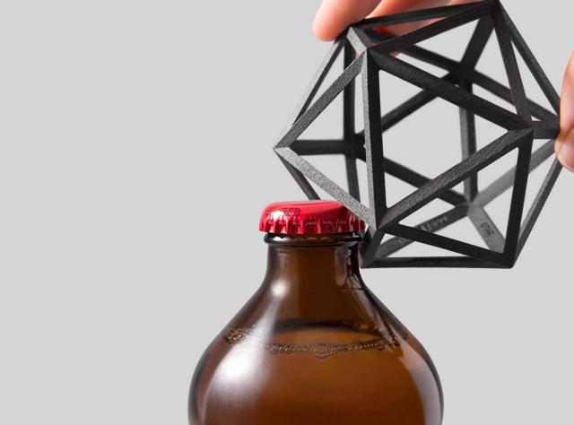 「Ico Bottle Opener」は、ニューヨークのブルックリンを拠点に活動するデザインスタジオ・OTHRが、スチールを3Dプリントしてつくった幾何学的シェイプのかっこよくてオシャレなボトルオープナーです。100個限定での生産なので、ご興味のある方はお早めにお問い合わせください。1