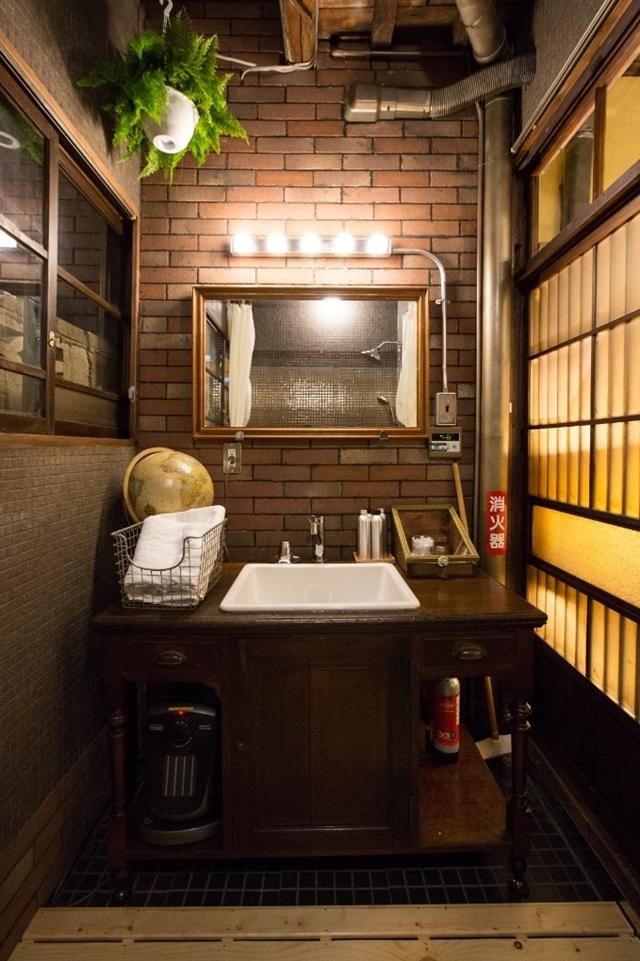 そんな恵まれた時代だからこそ、あえて「不便さ」を楽しみに出かけてみませんか?かつての宿場町・品川宿に佇む一棟貸し切り長屋ホテル「Bamba Hotel」の、レトロでモダンで、なつかしくてあたたかいおもてなしをご紹介します。13