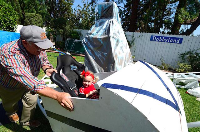 アメリカはカルフォルニア州にお住いおじいさんSteve Dobbsさんは、航空エンジニアとしての知識をフル活用し、裏にはに遊園地「Dobbsland」をつくり上げました。すべては愛する孫のため。自宅の外空間を楽しむという意味では最近流行りの「バルコニスト」にも通づるものがありますね。4