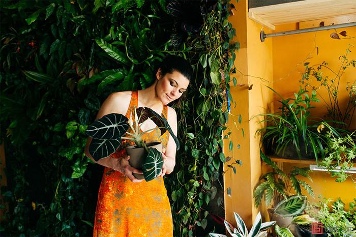 ニューヨーク在住のモデルのSUMMER RAYNE OAKESさんは、観葉植物、多肉植物、ハーブ、野菜など、500もの多種多様な植物と生活しているそうです。そんな彼女の都会で植物と共生する暮らし、覗いてみませんか?top