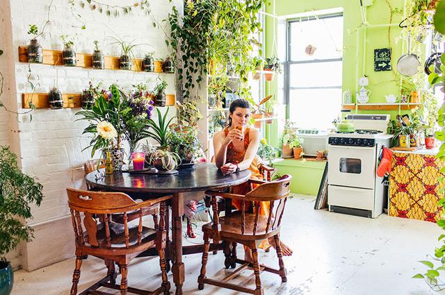 ニューヨーク在住のモデルのSUMMER RAYNE OAKESさんは、観葉植物、多肉植物、ハーブ、野菜など、500もの多種多様な植物と生活しているそうです。そんな彼女の都会で植物と共生する暮らし、覗いてみませんか?4