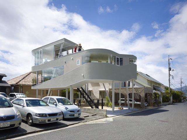 瀬戸内海・宮島の絶景を眺めるための、1枚板でできたドーナツ・ハウスである、岡田公彦建築事務所によるおしゃれでデザイナーズな住宅、戸田邸_3