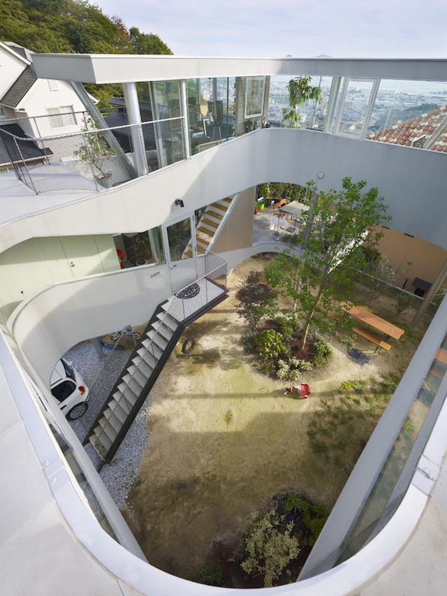 瀬戸内海・宮島の絶景を眺めるための、1枚板でできたドーナツ・ハウスである、岡田公彦建築事務所によるおしゃれでデザイナーズな住宅、戸田邸_4