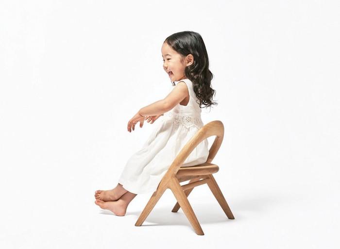 旭川大学大学院・磯田ゼミの「誕生する子どもを迎える喜びを地域の人々で分かち合いたい」という一言から始まった「君の椅子」プロジェクト。デザイナーの小林幹也氏を迎え制作した2016年バージョンは、オーガニックで丸みを帯びた柔らかい仕上がりに。top