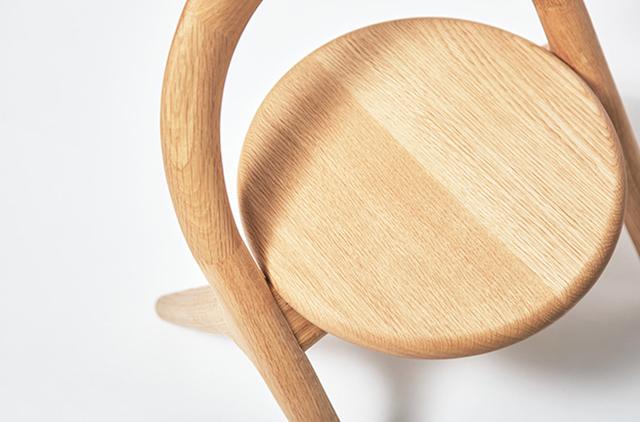 旭川大学大学院・磯田ゼミの「誕生する子どもを迎える喜びを地域の人々で分かち合いたい」という一言から始まった「君の椅子」プロジェクト。デザイナーの小林幹也氏を迎え制作した2016年バージョンは、オーガニックで丸みを帯びた柔らかい仕上がりに。1