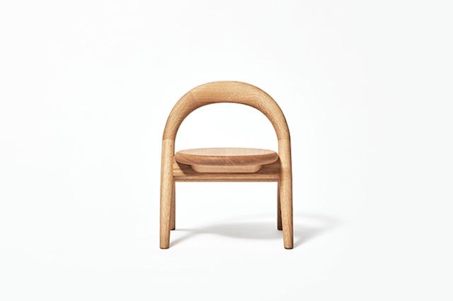 旭川大学大学院・磯田ゼミの「誕生する子どもを迎える喜びを地域の人々で分かち合いたい」という一言から始まった「君の椅子」プロジェクト。デザイナーの小林幹也氏を迎え制作した2016年バージョンは、オーガニックで丸みを帯びた柔らかい仕上がりに。3