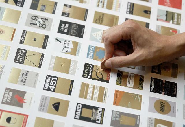 ニューヨークのグラフィックデザイン会社「Pop Chart Lab」が手がけたポスター「100 ESSENTIAL NOVELS SCRATCH-OFF CHART」は、削るとストーリーが現れるスクラッチポスター。100選されたひとつひとつの本の一部がゴールドで覆われているスクラッチポスターなのです。2