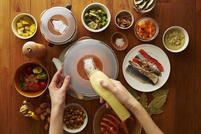 自宅の食器と併用できるIDEAの真空パックマシン「ハンディフードシーラー」のご紹介です。食材をよりおいしい状態で保存できるほか、ローストビーフや唐揚げなどの下味や、マリネやピクルスなどの漬け込み調理にも便利。top