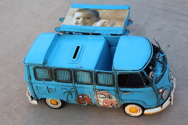 ワーゲンバスは、古い歴史を持ちつつ現代でも人気のある名車のひとつですが、欲しいと思っても簡単には手に入りません。しかしこのワーゲンバスの貯金箱なら、値段は72USドルと手頃なので、誰でも手に入れやすいです。3
