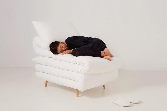 見ているだけで、眠くなってしまうイスを発見しました。元木大輔さん率いる「Daisuke Motogi Architecture」によって製作された、ふとんみたいなイス「Sleepy Chair」のご紹介です。家にあるとリラックスできそうですが、仕事や勉強スペースははかどらないかもしれません……。1