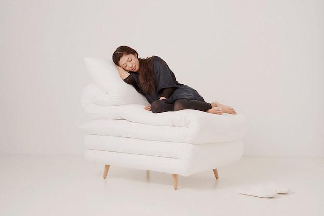 見ているだけで、眠くなってしまうイスを発見しました。元木大輔さん率いる「Daisuke Motogi Architecture」によって製作された、ふとんみたいなイス「Sleepy Chair」のご紹介です。家にあるとリラックスできそうですが、仕事や勉強スペースははかどらないかもしれません……。2