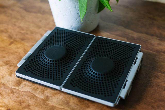 iPadカバーとしても使える、折りたたみ型スピーカー「Amp」の紹介です。家でも出先でも、いつでも迫力あるサウンドで映像を楽しめます。bluetoothにも対応しているので、通常のスピーカーとしても使えます。1