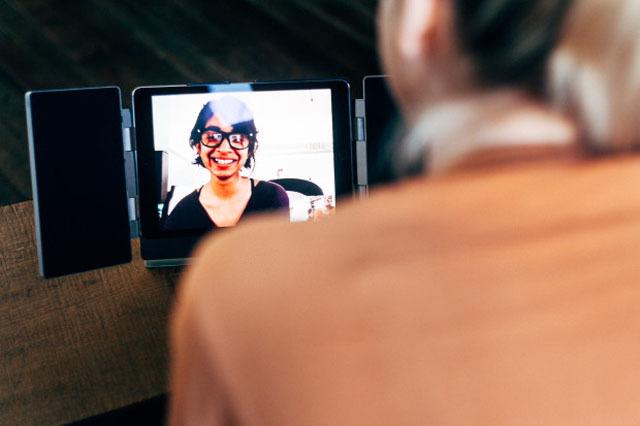 iPadカバーとしても使える、折りたたみ型スピーカー「Amp」の紹介です。家でも出先でも、いつでも迫力あるサウンドで映像を楽しめます。bluetoothにも対応しているので、通常のスピーカーとしても使えます。5