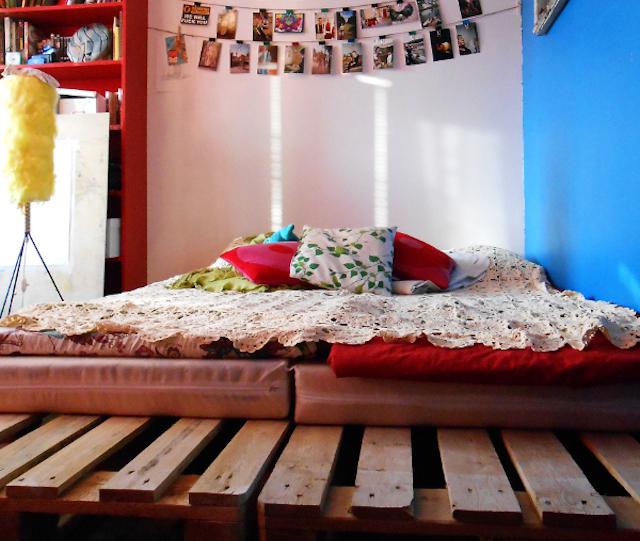SNS上で大きな話題になったのがこちらのかわいいDIYベッドの記事です。ルーミーのtwitterには「これは絶対にやる」という声が多数寄せられました。木製パレットを積み重ねただけ、と言ってしまえばそれだけなのですが、低いコストで軋みのないベッドが手に入ると思ったら悪いことナシです。それに通気性も抜群なので、カビ防止にもなり実用的。