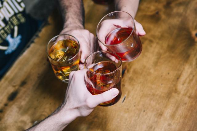 お酒をいれると消えてしまう、クリアすぎる氷が作れる製氷機「OnTheRocks」の紹介です。氷ひとつ変えるだけでラグジュアリーなお酒が楽しめます。「OnTheRocks」の氷はゆっくり溶けるので、お酒をほどよく薄めつつ、冷たさをキープできます。5