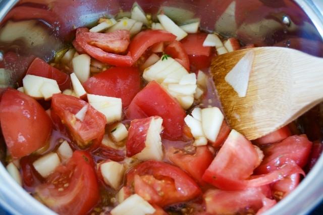 果物や野菜をスパイスて煮詰めたインドの料理チャツネ。マンゴーのチャツネやバナナのチャツネなど、万能ソースとして使われています。そんなコクや深みのあるチャツネを今回は赤トマトで作ってみました。1