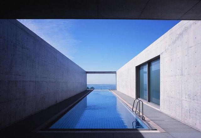 元美術館をリノベーションした、愛媛県松山市のホテル「瀬戸内リトリート 青凪」のご紹介です。安藤忠雄さんが監修しており、全7室というミニマルでラグジュアリーな空間。建築、食事、中に降り注ぐ光もアート。温泉ジャグジーやサウナが貸切利用でき、本格リゾートスパも楽しめます。3