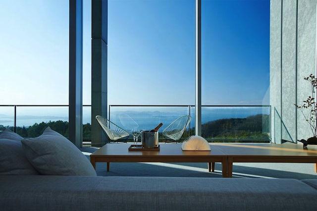 元美術館をリノベーションした、愛媛県松山市のホテル「瀬戸内リトリート 青凪」のご紹介です。安藤忠雄さんが監修しており、全7室というミニマルでラグジュアリーな空間。建築、食事、中に降り注ぐ光もアート。温泉ジャグジーやサウナが貸切利用でき、本格リゾートスパも楽しめます。8