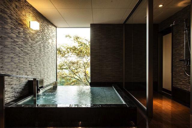元美術館をリノベーションした、愛媛県松山市のホテル「瀬戸内リトリート 青凪」のご紹介です。安藤忠雄さんが監修しており、全7室というミニマルでラグジュアリーな空間。建築、食事、中に降り注ぐ光もアート。温泉ジャグジーやサウナが貸切利用でき、本格リゾートスパも楽しめます。12