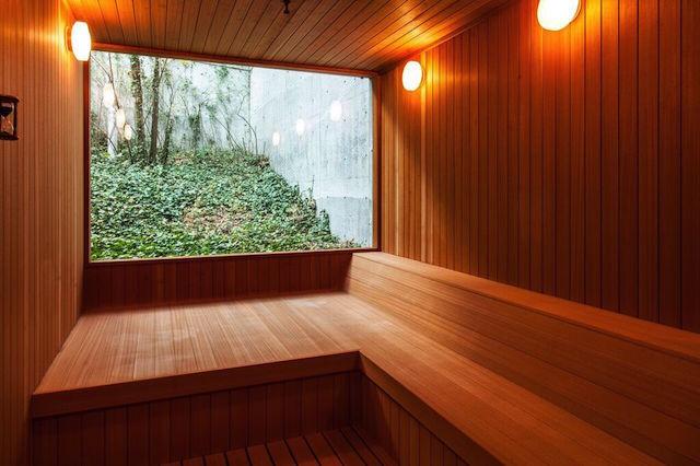 元美術館をリノベーションした、愛媛県松山市のホテル「瀬戸内リトリート 青凪」のご紹介です。安藤忠雄さんが監修しており、全7室というミニマルでラグジュアリーな空間。建築、食事、中に降り注ぐ光もアート。温泉ジャグジーやサウナが貸切利用でき、本格リゾートスパも楽しめます。5