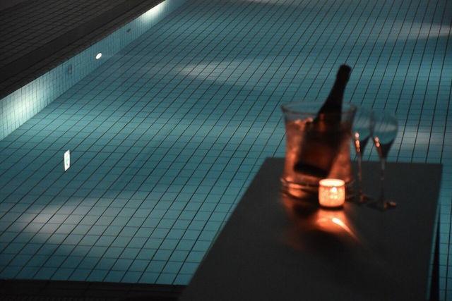 元美術館をリノベーションした、愛媛県松山市のホテル「瀬戸内リトリート 青凪」のご紹介です。安藤忠雄さんが監修しており、全7室というミニマルでラグジュアリーな空間。建築、食事、中に降り注ぐ光もアート。温泉ジャグジーやサウナが貸切利用でき、本格リゾートスパも楽しめます。4
