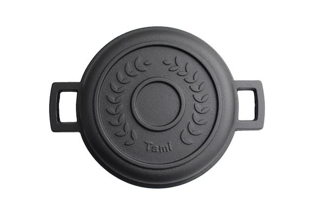 戦後に普及していたジュラルミン製のパン焼き器が50年以上の時を経て、南部鉄器となり生まれ変わりました。その名も「タミパンクラシック」。