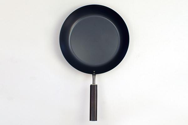 新潟県を拠点にするFD Inc.が、新潟の伝統技術とコラボレーションで制作する「FD STYLEシリーズ」は、機能美を追求したシンプルなデザインとマットブラックのカラーリングが魅力的なキッチンツール。鉄の鍋やオロシなど、料理はツールからこだわりたい人にオススメです。9