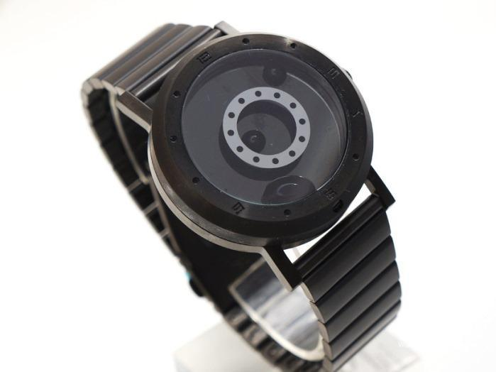 「LM watch(Liquid Metal Watch)」は、世界で初めて「液体金属」を自由に操って時間を表示する時計。「他の人とは違う時計を身につけたい」思いを叶えるべく、究極のオリジナリティを目指して時計を作っているのがWaikeru Design Studio。1
